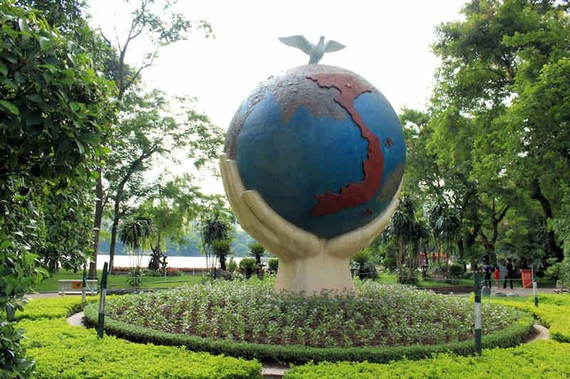 [viet globe statue]